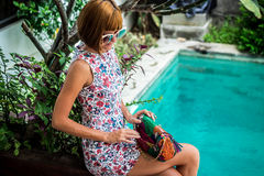 Lato portret piękna seksowna dziewczyna z okularami przeciwsłonecznymi i luksusową handmade snakeskin pytonu torebką w dopłynięci Obraz Stock