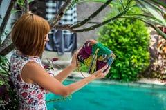Lato portret piękna seksowna dziewczyna z okularami przeciwsłonecznymi i luksusową handmade snakeskin pytonu torebką w dopłynięci Fotografia Royalty Free