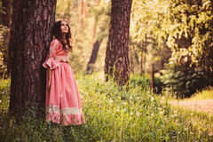 Lato portret szczęśliwa dziecko dziewczyna ubierał w różowej bajki princess sukni Fotografia Royalty Free