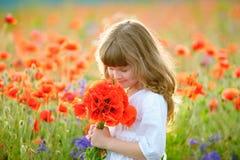 Lato portreta piękna mała dziewczyna z dzikich kwiatów bukietem Zdjęcie Stock