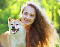 Lato portreta szczęśliwa urocza dziewczyna i pies Fotografia Royalty Free