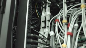Lato posteriore dei server di dati funzionanti stock footage