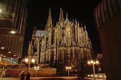 Lato posteriore della cattedrale cattolica di Colonia o di alta cattedrale di St Peter alla notte Immagine Stock Libera da Diritti
