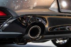 Lato posteriore e tubo di scarico dell'automobile moderna immagine stock