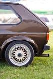 Lato posteriore sinistro di vecchia automobile marrone europea fotografia stock