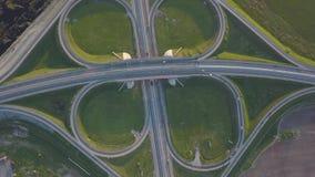Lato powietrzny materiał filmowy przewieziony złącze, ruchu drogowego drogowego złącza przecinający dzień przegląda z góry zdjęcie wideo