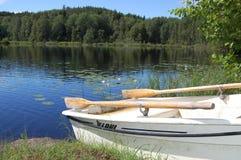 Lato przy małym lasowym jeziorem zdjęcia stock