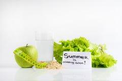 Lato przychodzi wkrótce Zielony jabłko wciąż nawadnia zdjęcia royalty free