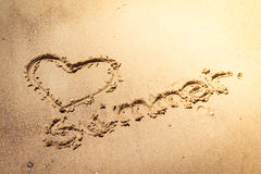 Lato ręcznie pisany w piasku plaża z uroczym sercem royalty ilustracja