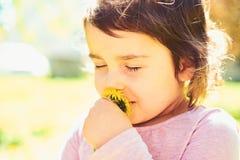 Lato relaks małe dziecko naturalne piękno Children dzień Wiosna prognoza pogody lata dziewczyny moda Szczęśliwy zdjęcia stock