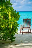 Lato: relaksuje blisko oceanu indyjskiego z wielkim krzesłem i białym piaskiem fotografia stock