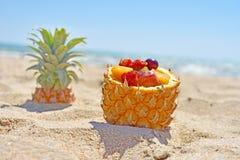 Lato relaksuje z mieszanki owoc w ananasowym pucharze na plaży fotografia royalty free