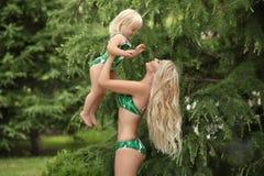 Lato rodzinny wakacje Mody spojrzenia dziewczyn blond portret beaut Obraz Royalty Free
