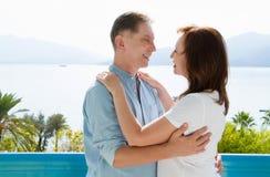 Lato rodzinny wakacje Szczęśliwa w średnim wieku para ma zabawę na podróż wakacjach weekendowych Morza i plaży tło kosmos kopii fotografia stock