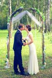 Lato romantyczny ślub w Provence stylu w lesie na zielonej trawie, Obrazy Royalty Free