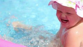 Lato rozrywka - dziewczynki zabawy kąpanie w nadmuchiwanym basenie w podwórzu zbiory wideo