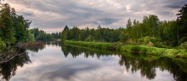 Lato rzeka z jaskrawymi chmurami i niebieskim niebem zdjęcie stock