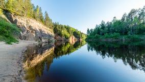 Lato rzeka z odbiciami Zdjęcia Royalty Free