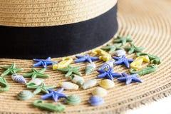 Lato słomianego kapeluszu plaża z seashells na białym tle Zamykający up tło portfolio więcej mój podróż Obraz Stock