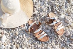 Lato słomianego kapeluszu sandała butów Lay plaży wakacje fotografia stock