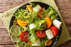 Lato sałatka od zucchini, pomidorów, sałaty z wapnem i oliv, Obrazy Royalty Free