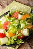 Lato sałatka od zucchini, pomidorów, sałaty z wapnem i oliv, Obraz Royalty Free
