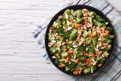 Lato sałatka z brokułami i arachidu zbliżenia horyzontalnym wierzchołkiem vi Fotografia Stock