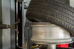 Lato samochodowej opony połówka brać od dyska wykonywać opony mountin zdjęcie stock
