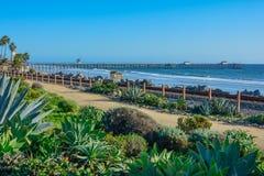 Lato scenico di San Clemente Ocean vicino al surfliner pacifico delle rotaie e del pilastro fotografia stock