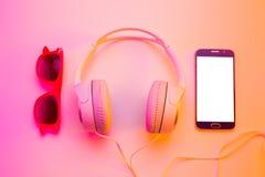 Lato smartphone, hełmofony i okulary przeciwsłoneczni -, Obrazy Royalty Free