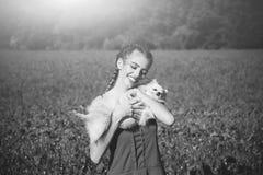 Lato spoczynkowa dziewczyna w polu makowy ziarno z psem spitz Zdjęcie Stock