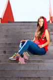 Lato sport Chłodno dziewczyny łyżwiarki jazdy deskorolka Obraz Stock