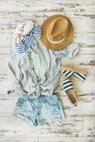 Lato strój flatlay, parkietowy tło, odgórny widok zdjęcia stock