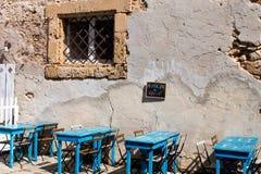Lato Sycylijska restauracja z błękitnymi stołami Obrazy Royalty Free