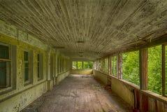 Lato taras na drugim piętrze w rujnującym domu w lesie obrazy royalty free