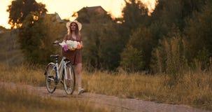 Lato w śródpolnej dziewczynie iść z rowerem na drodze zdjęcie wideo