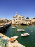 Lato w Cascais - połów łodzie z Seixas pałac w tle i przekładnia zdjęcia royalty free