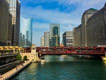 Lato w Chicago wzdłuż nadbrzeża rzeki z koka-koli ciężarówką na studni ulicy moscie i budowy w tle zdjęcie stock