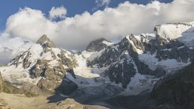 Lato w górach Kaukaz Formacja i ruch chmury nad góra szczytami zdjęcie wideo