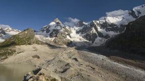 Lato w górach Kaukaz Formacja i ruch chmury nad góra szczytami zbiory