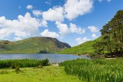 Lato w UK Jeziornej Gromadzkiej Crummock wodzie Cumbria Anglia UK z górami między Buttermere i Loweswater Obraz Stock