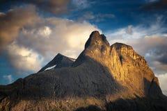 Lato widok na halnym Romsdalhornet nad Romsdalen dolina i czas Norwegia obrazy stock