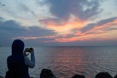 Lato widok piękny młodej kobiety odprowadzenie na plaży fotografia royalty free