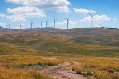 Lato widok zieleni łąka z linią wiatraczki Montenegro, Krnovo wiatru park Fotografia Stock