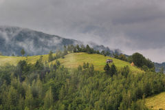 Lato wiejski krajobraz w Karpackich górach w Moeciu, - otręby, Rumunia Zdjęcie Royalty Free