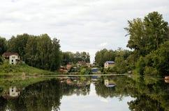 Lato wioska przy stawem Fotografia Royalty Free