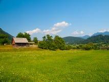 Lato witki zieleni górkowaty krajobrazowy pole, lasy, niebieskie niebo i biel chmury, Fotografia Stock