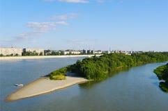 lato wody krajobraz, Irtysh rzeka z piaskowatym barem, Omsk, Rosja Zdjęcie Stock