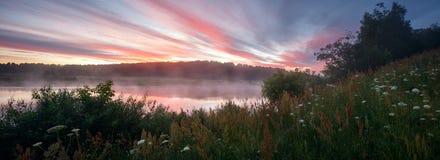 Lato wschód słońca nad mglistą mgłową rzeką, panoramiczny krajobraz Zdjęcie Royalty Free