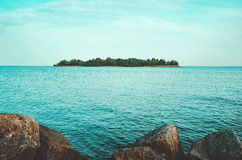 Lato wyspa z zielonym lasem, niebieskie niebo, woda na morza bałtyckiego wybrzeża dużych kamieniach Krajobrazowy widok zatoka Fotografia Stock